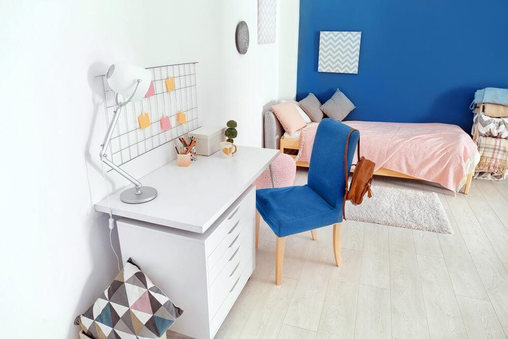 白い学習机と青い椅子