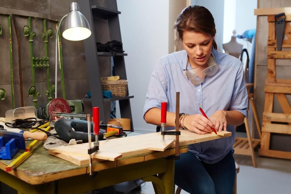作業台でDIYする女性