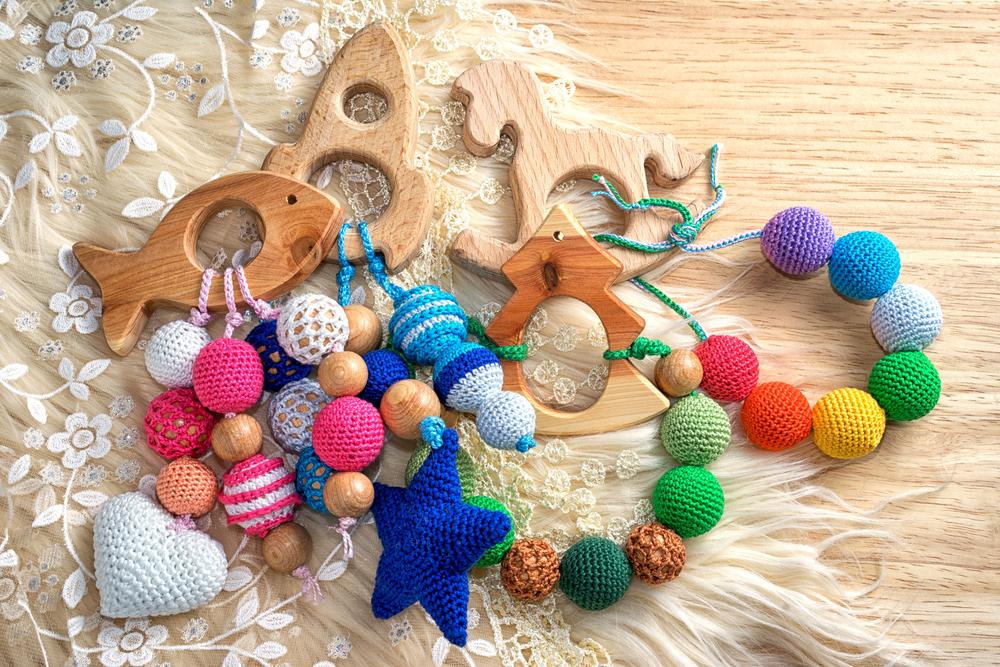毛糸と木のおもちゃ