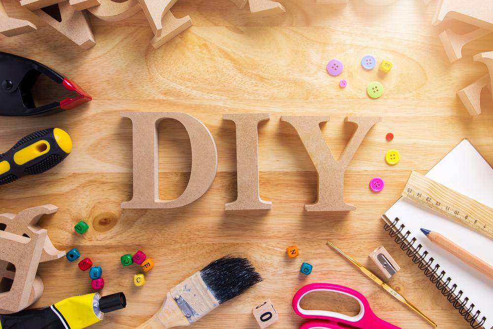 DIYのオブジェが並べられた作業台