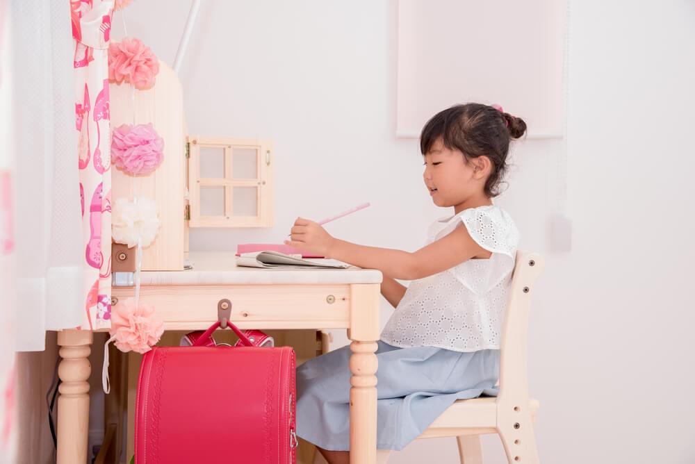 学習机に座る女の子