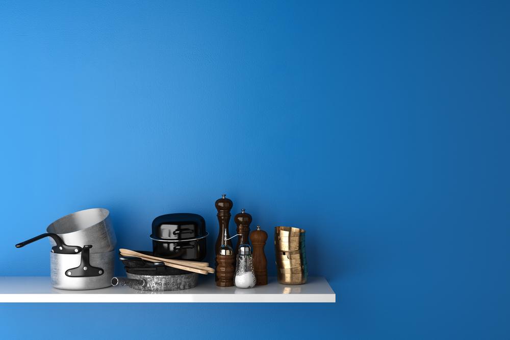 白い棚の上に乗った調理器具