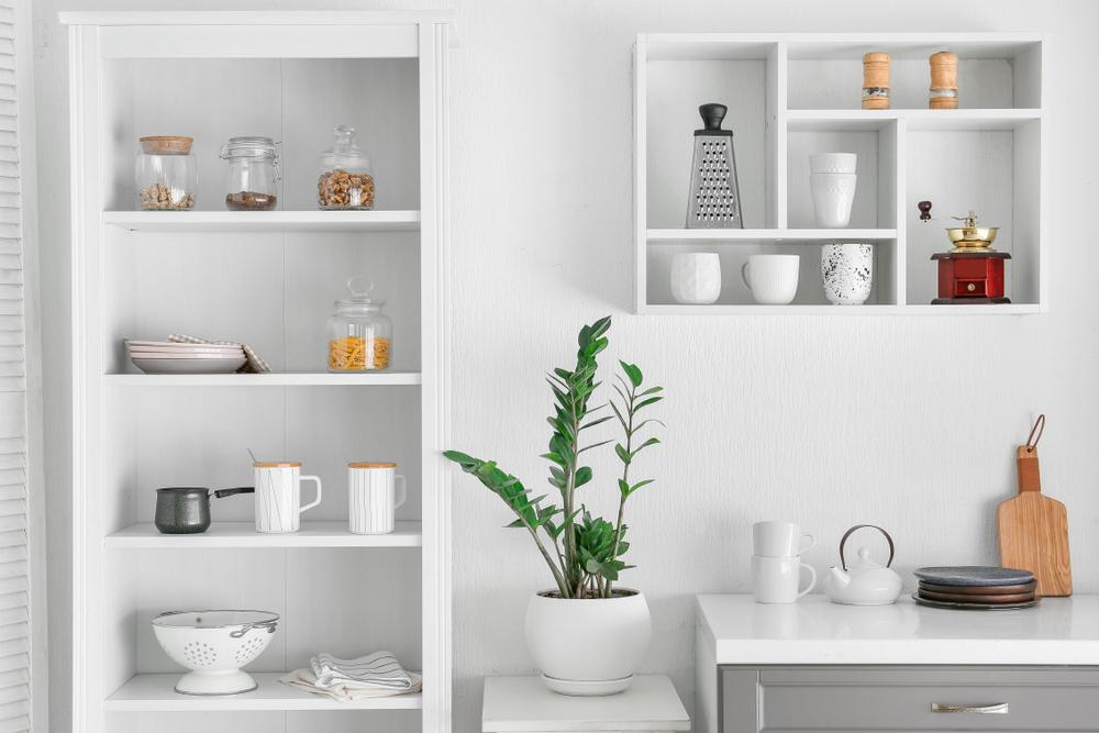 白を基調とした食器棚のあるキッチン