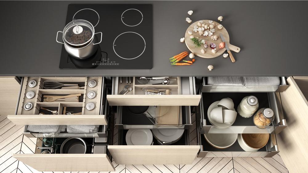 収納用引き出しにたくさんのアイテムが入ったキッチン