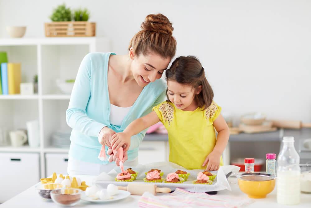 お菓子作りをする親子
