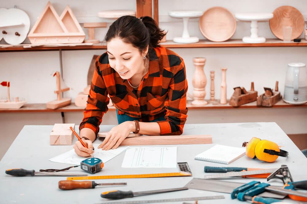 設計図を書く女性