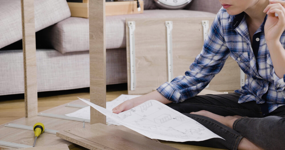 棚の設計図を見る女性
