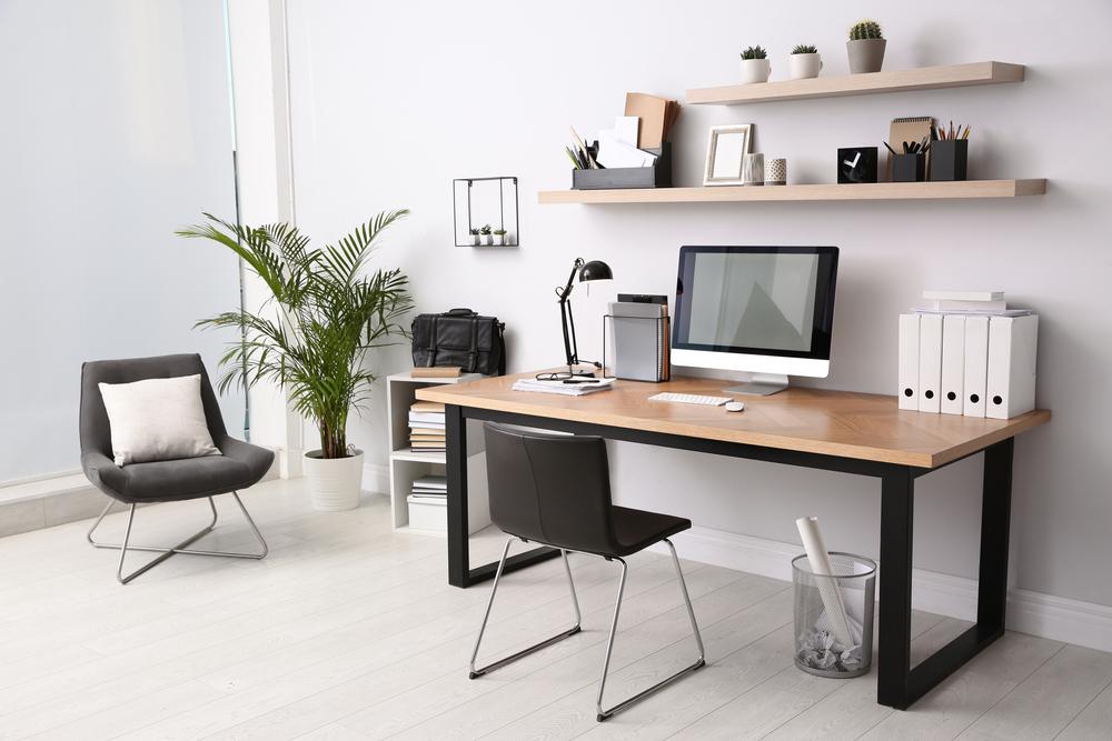 木のデスクがあるオフィス