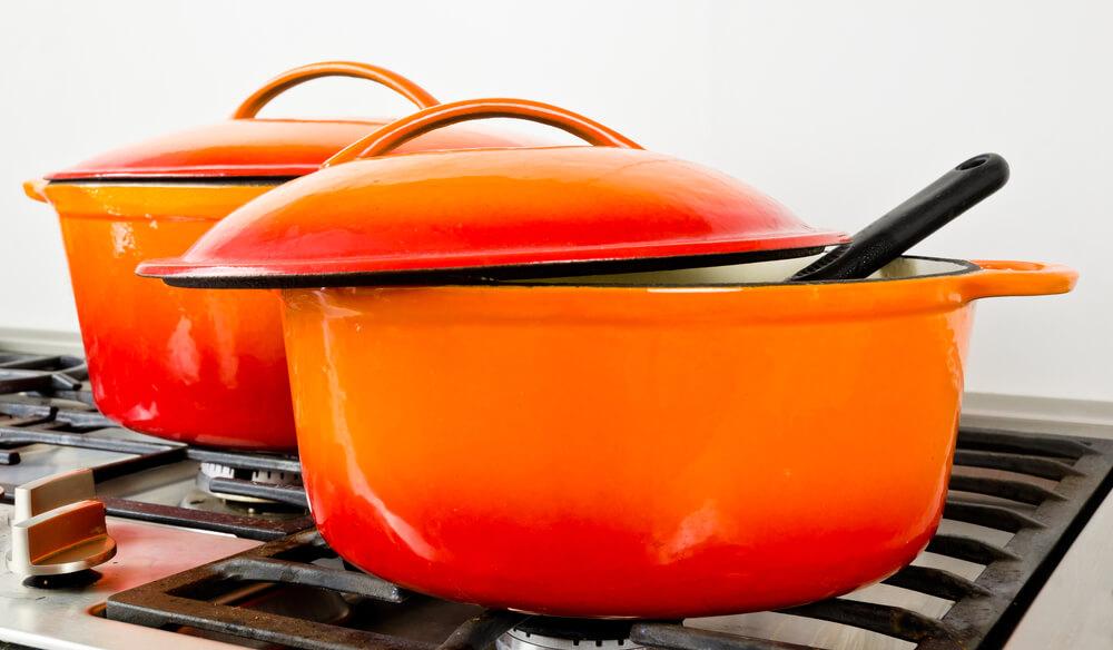 コンロに置かれた2つのホーロー鍋