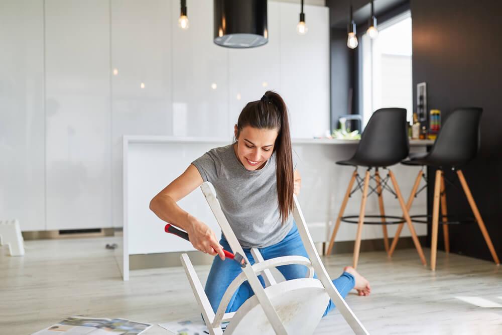白い椅子を作る女性