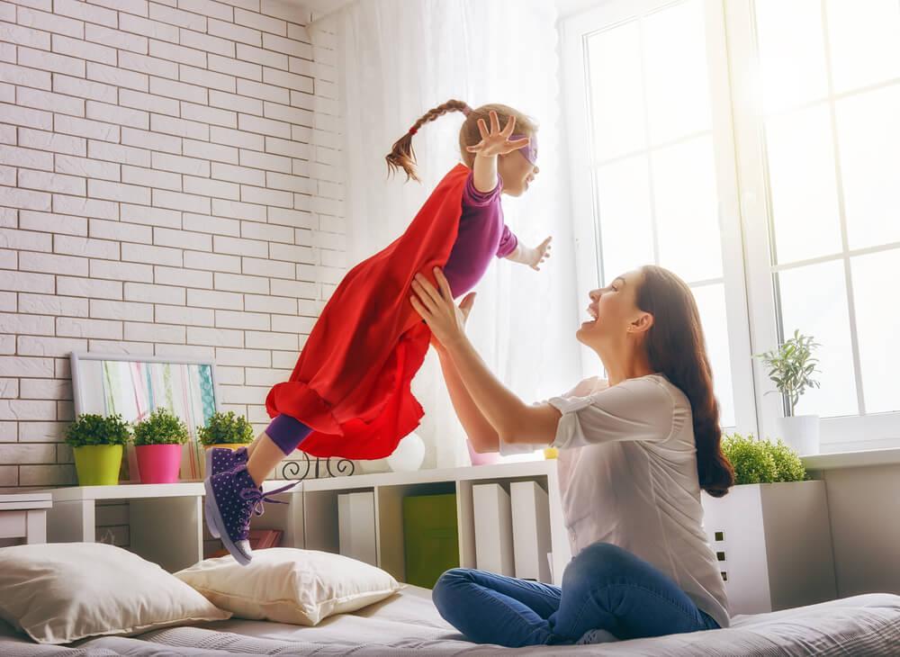 子どもを抱きかかえる女性