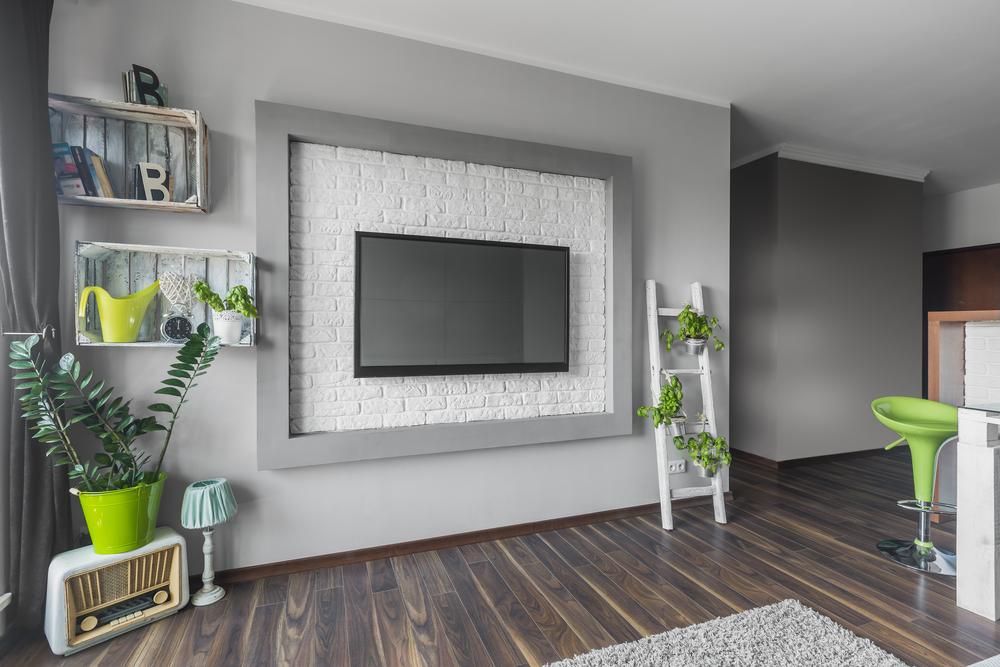 壁掛けのテレビがあるリビング
