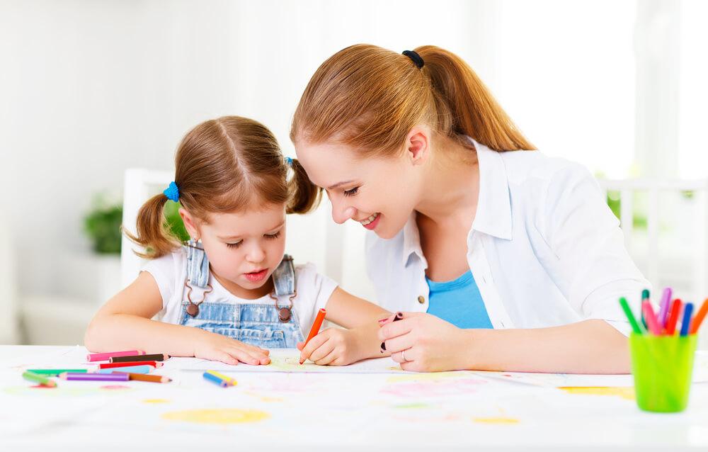 絵を描いて遊ぶ親子