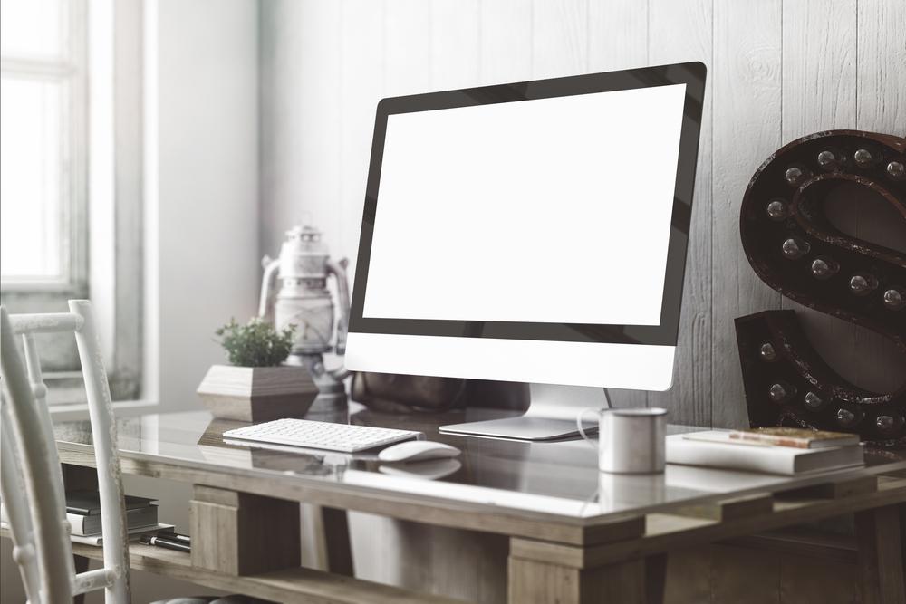 白のモニターとキーボード