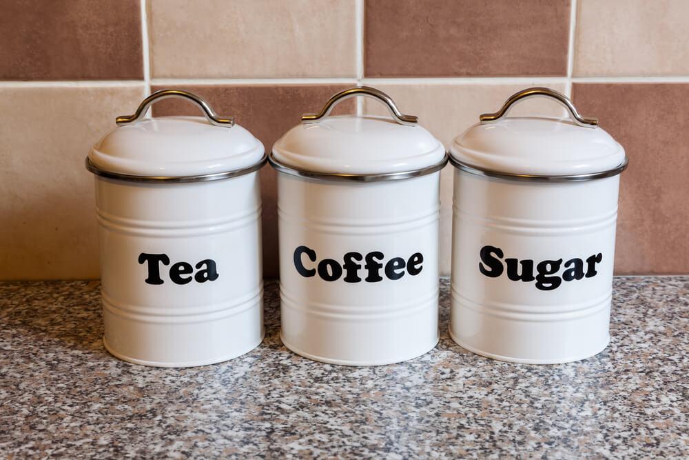 コーヒー豆や砂糖が入ったキャニスター