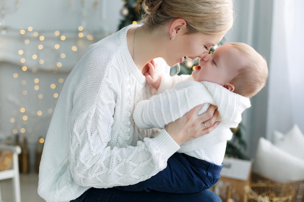 赤ちゃんを抱えるママ