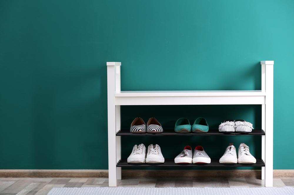 白黒の棚に置かれた靴