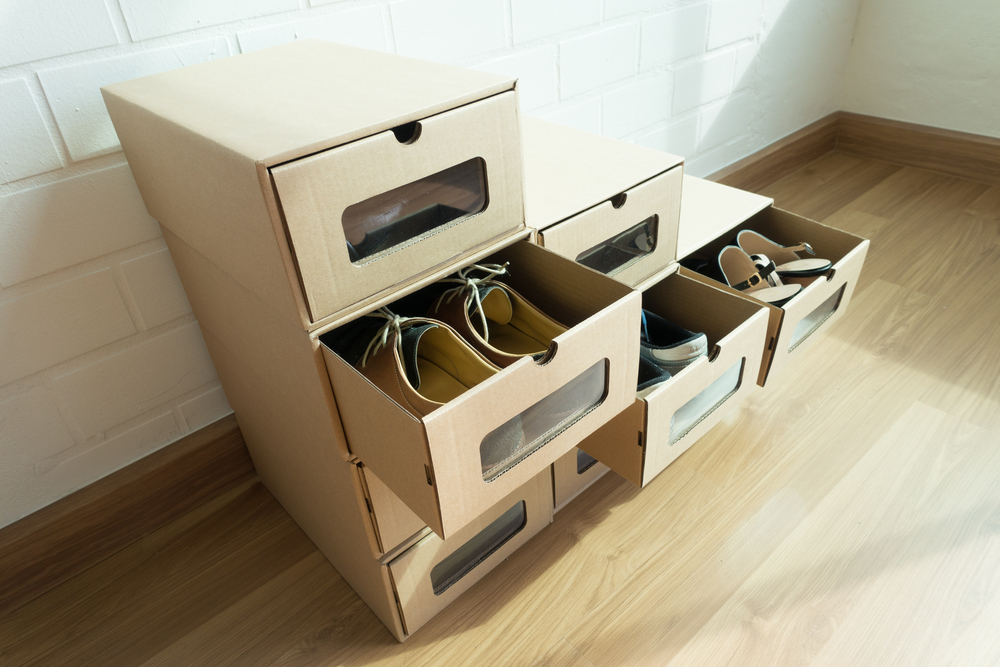 ボックスに整理された靴