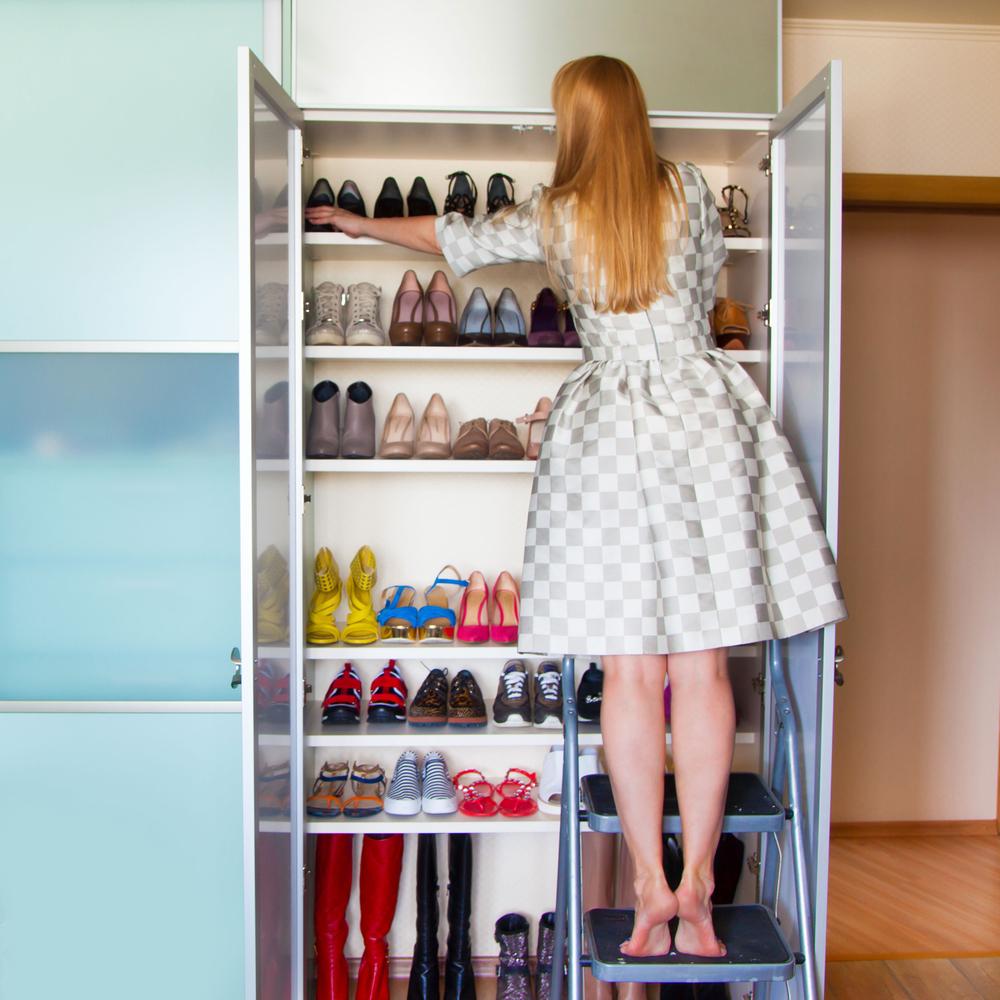 靴棚を整理する女性
