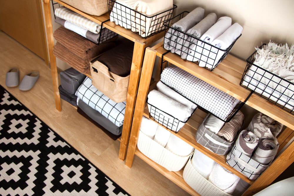 ボックスなどで整理された木製の棚