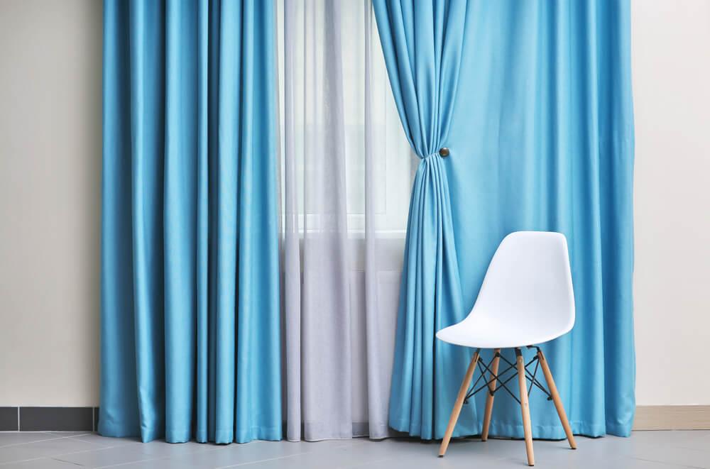 青いカーテンが取り付けられた部屋