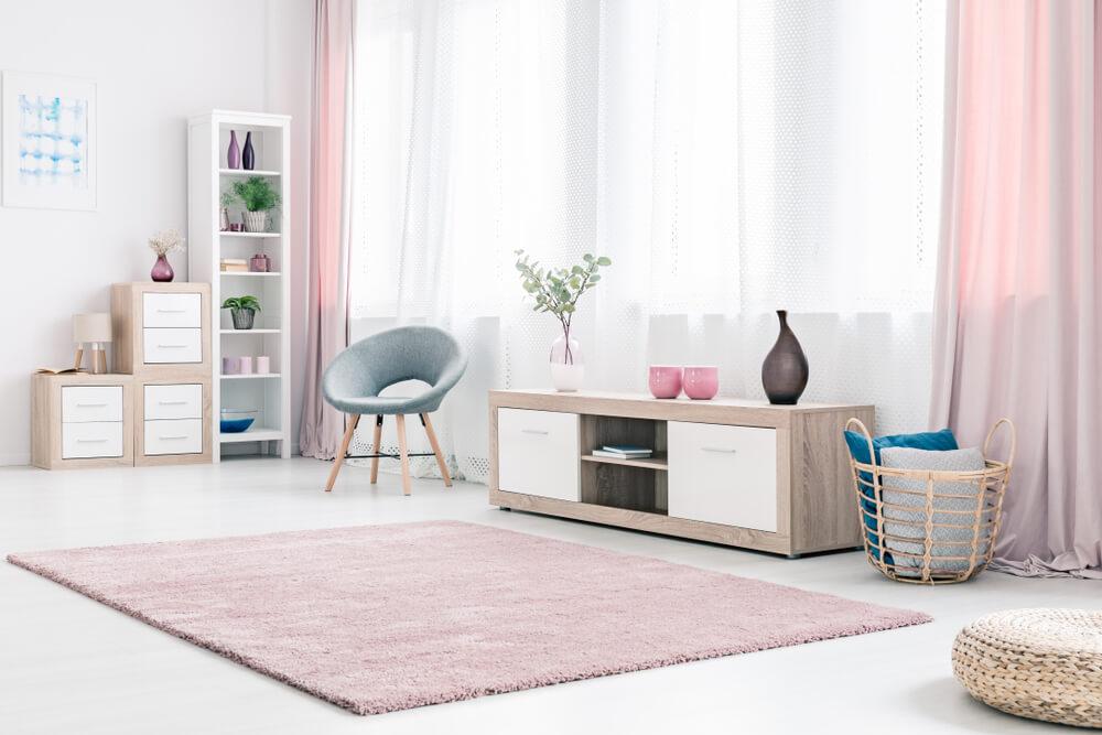 ピンクのカーテンがかかった部屋