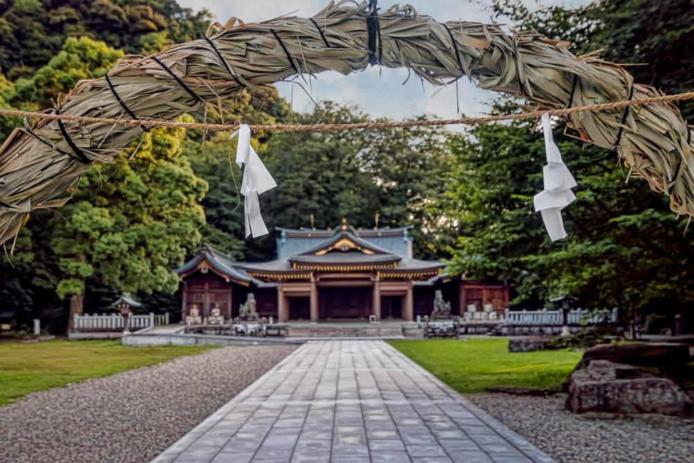 茅の輪から見える神社