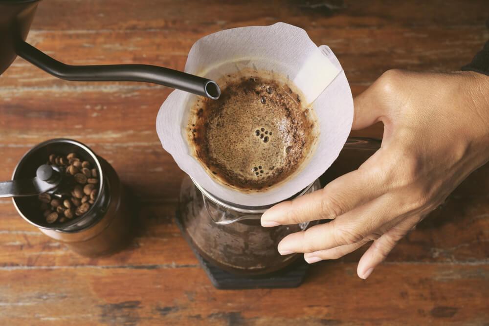 コーヒーをドリップする人の手