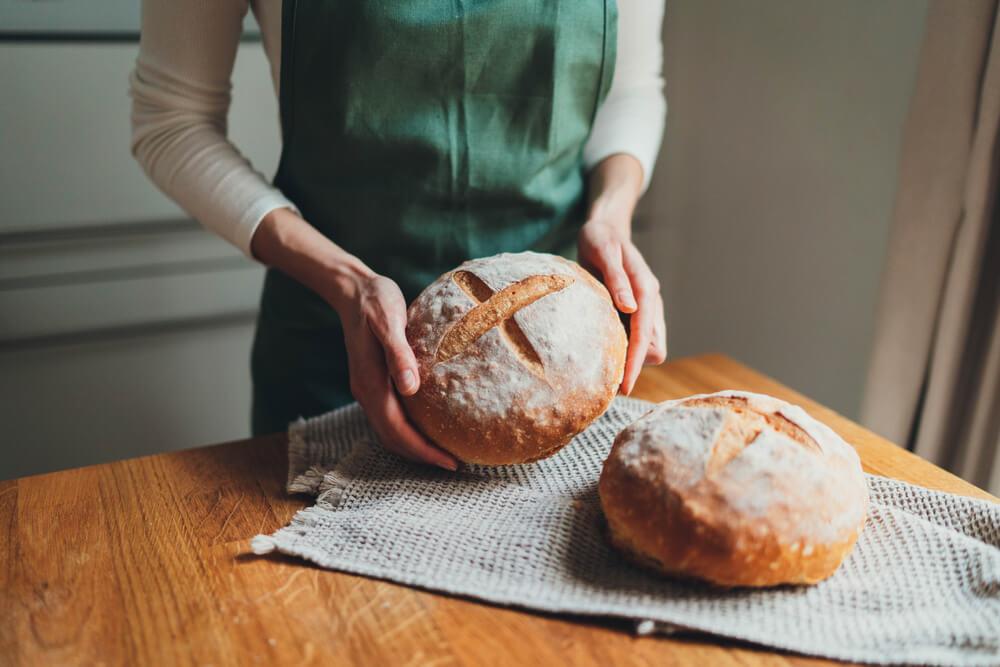 パンを持つ女性