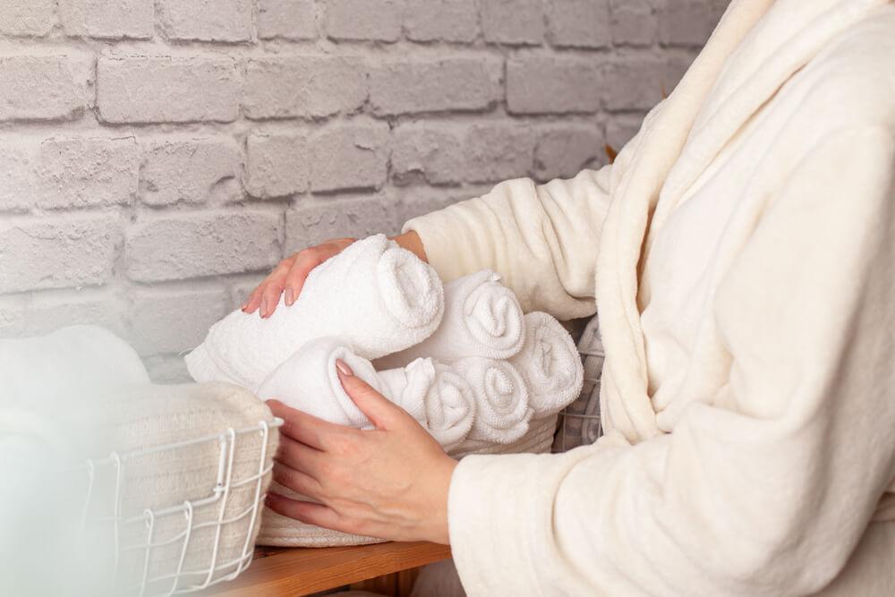 タオルを収納する人