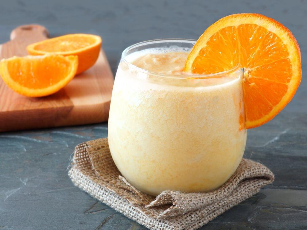 オレンジのスライスがついたスムージー