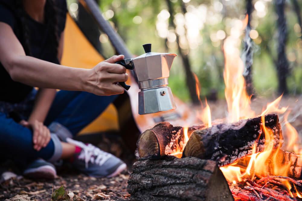 直火でコーヒーを作る人