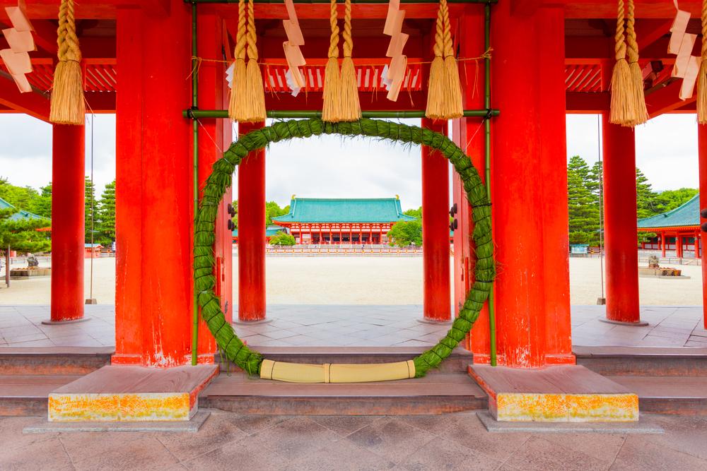 神社の入口に設置された茅の輪