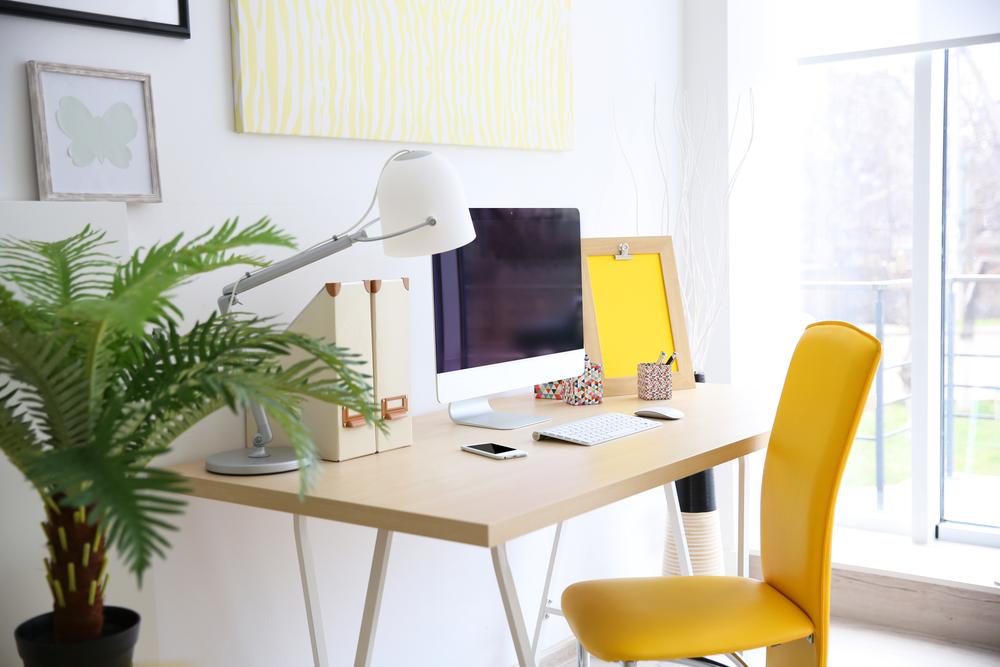 黄色いチェアとパソコンデスク