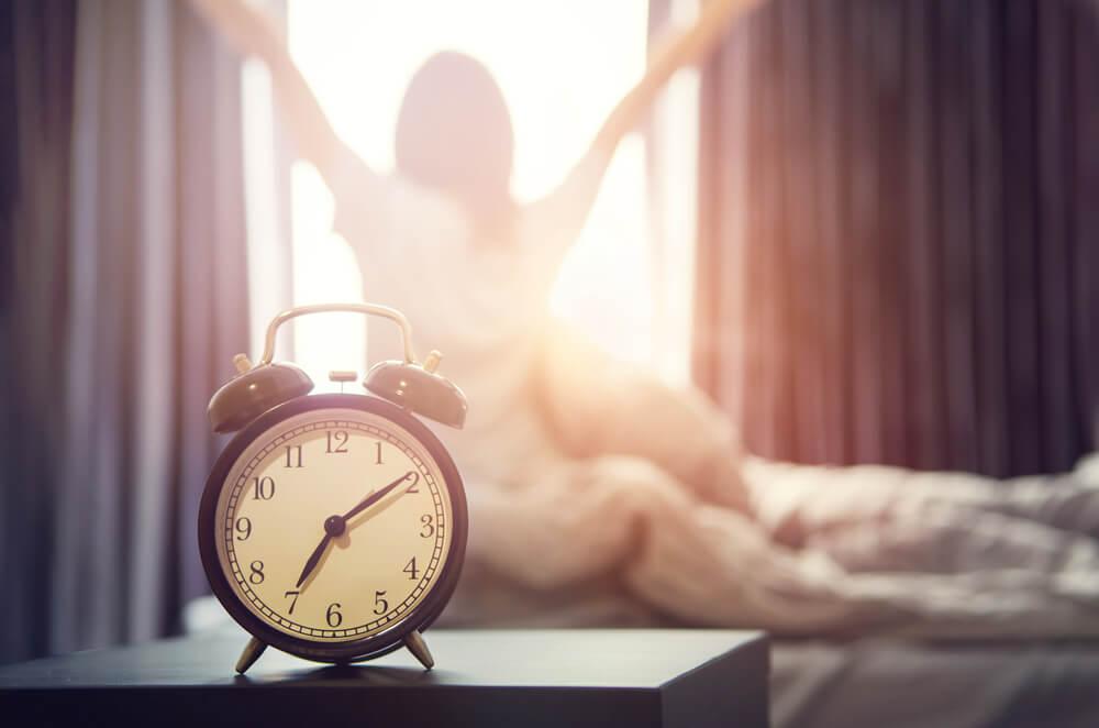 朝に起床する女性