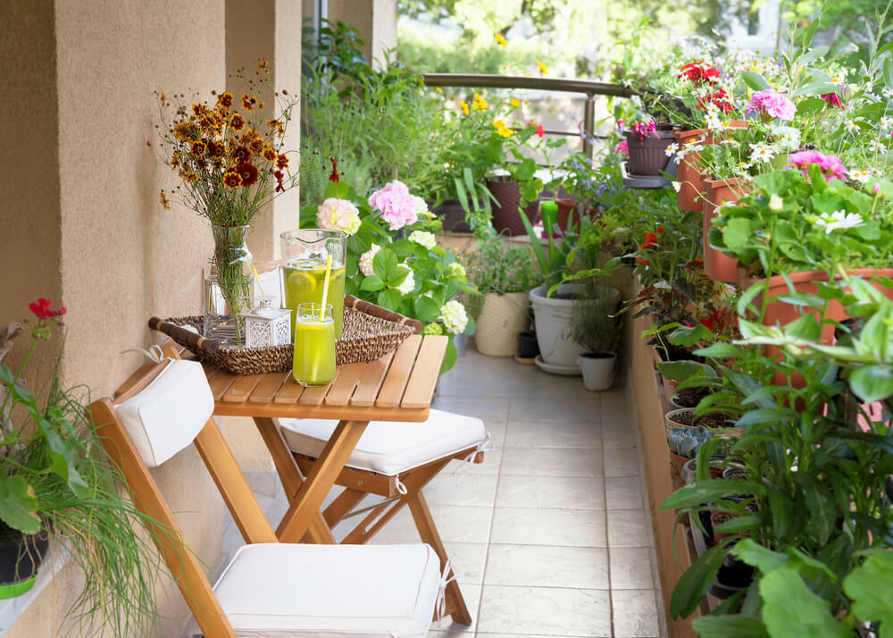 ベランダに置かれた植物とイス・テーブル
