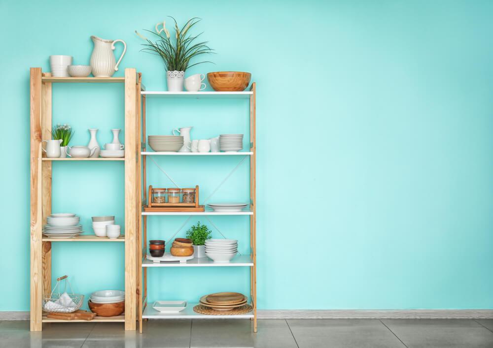 食器がのった木製の棚