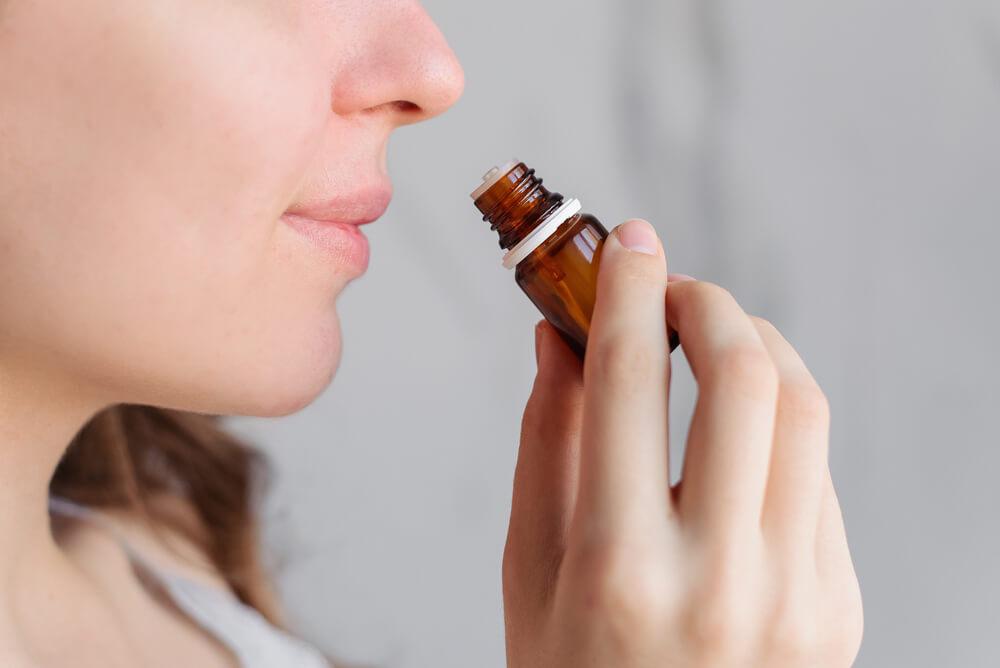 アロマの香りを嗅ぐ女性