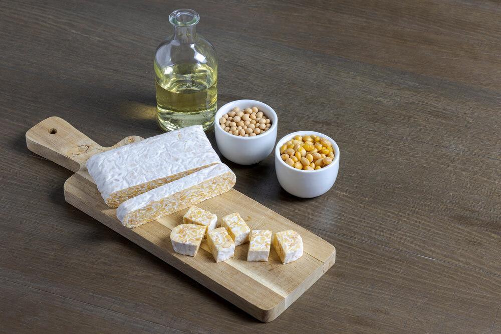 カットボードの上のチーズと小皿に入った大豆