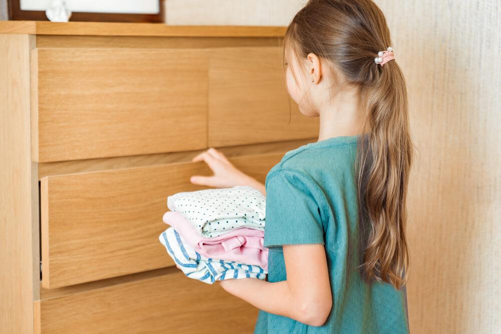 自分で服を収納する子ども