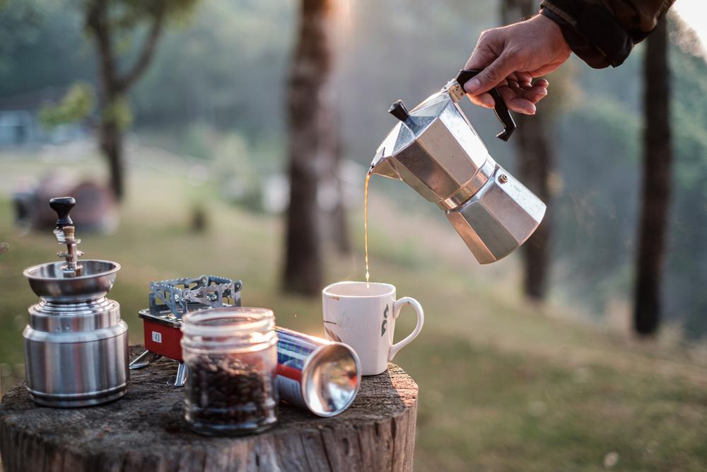 エスプレッソメーカーから注がれるコーヒー