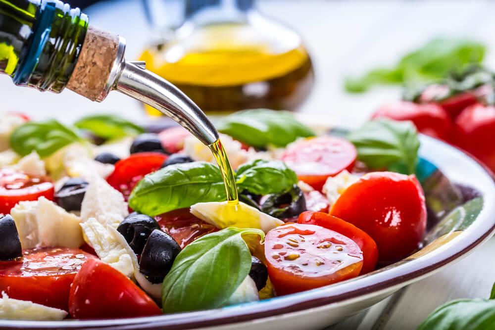 地中海サラダに注ぐオリーブオイル