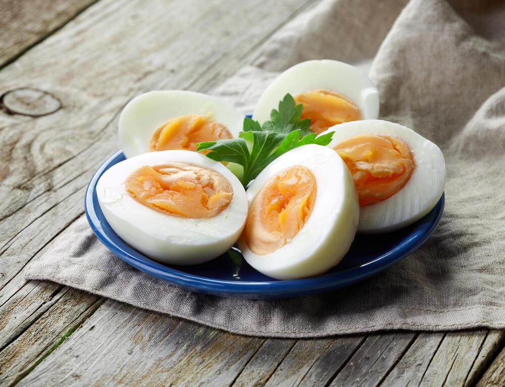 お皿に盛られたゆで卵