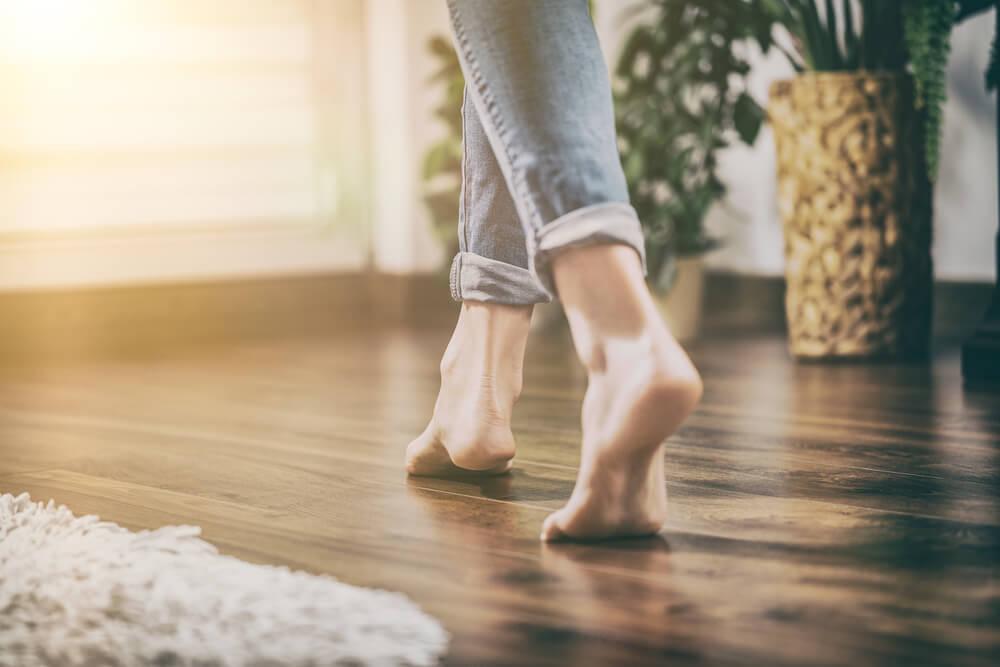 フローリングを歩く人の足