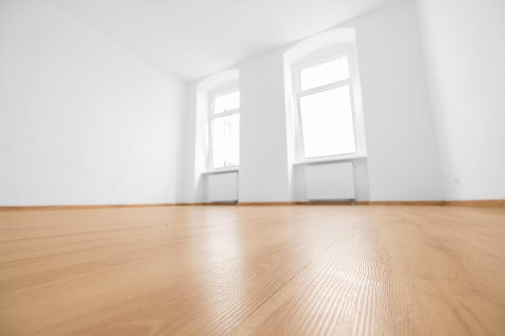 白い壁の部屋のフローリング