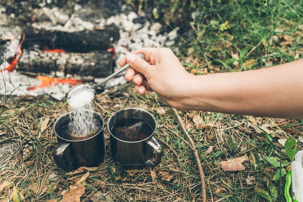 コーヒーにシュガーを入れる手元