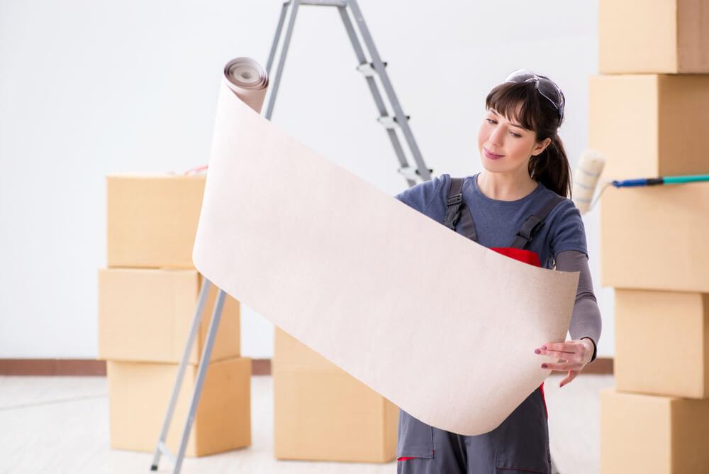 壁紙を見る女性