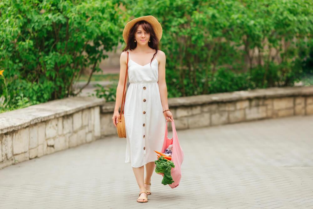 エコバッグを持って歩く女性