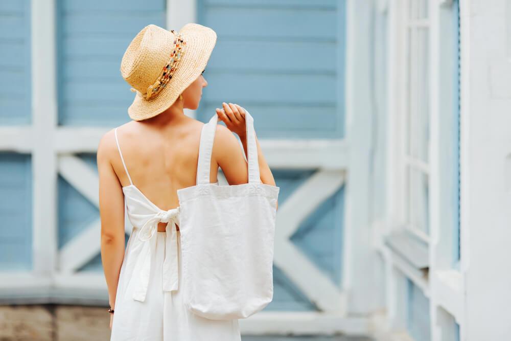 白いエコバッグを持つ女性