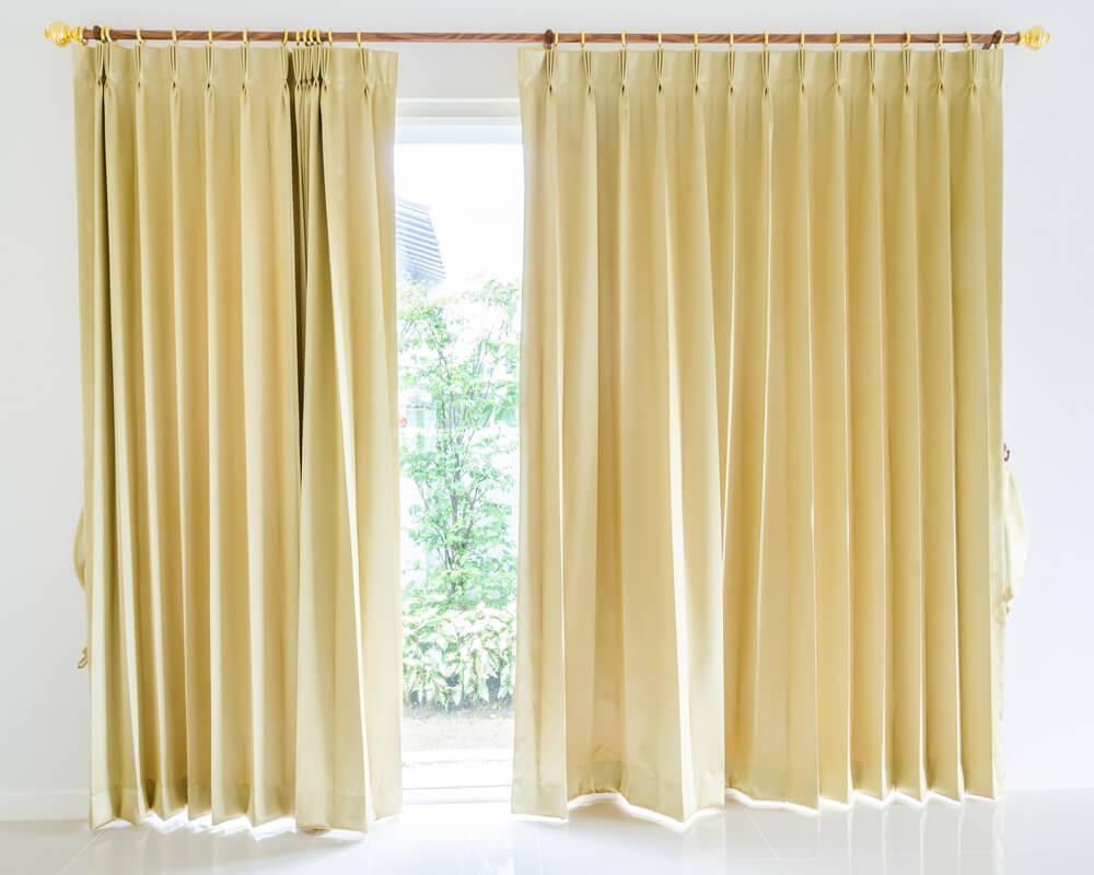 黄色のカーテン